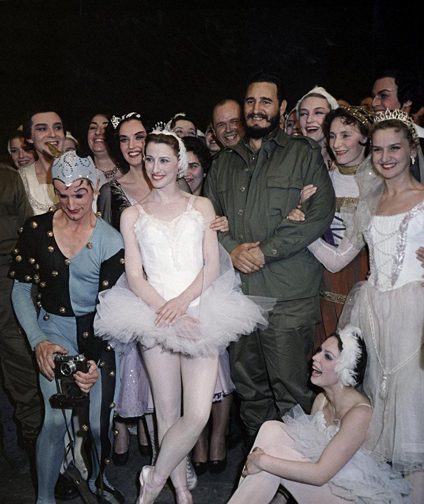 Fidel Castro, líder de la Revolución cubana, visita el famoso Teatro Bolshoi en Moscú.