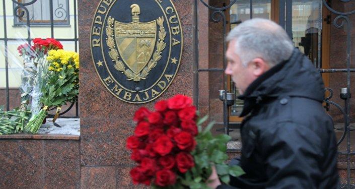 Moscovitas llevan flores a la Embajada de Cuba en Moscú para rendir homenaje a Fidel Castro