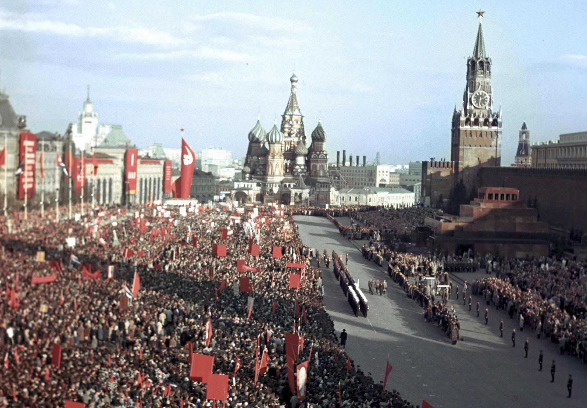 Miles de personas saludan a Fidel Castro en la plaza Roja