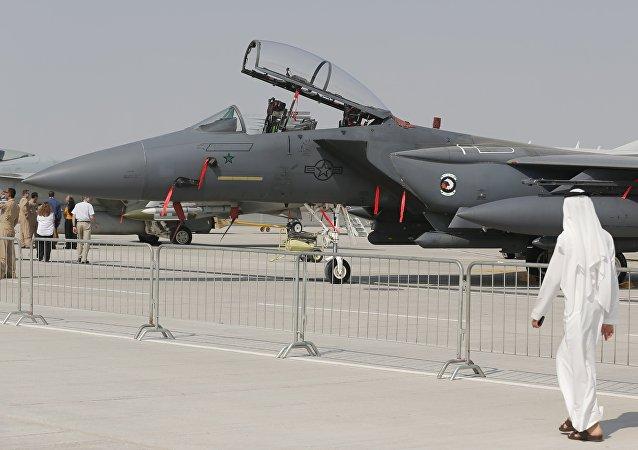 Dos árabes pasan por delante de F-15