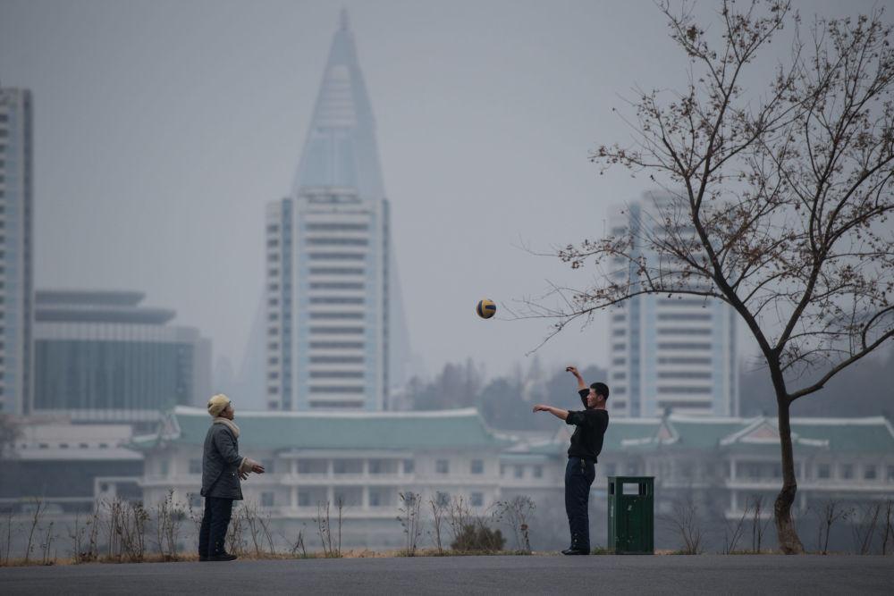 Dos hombres juegan a la pelota en Pyongyang