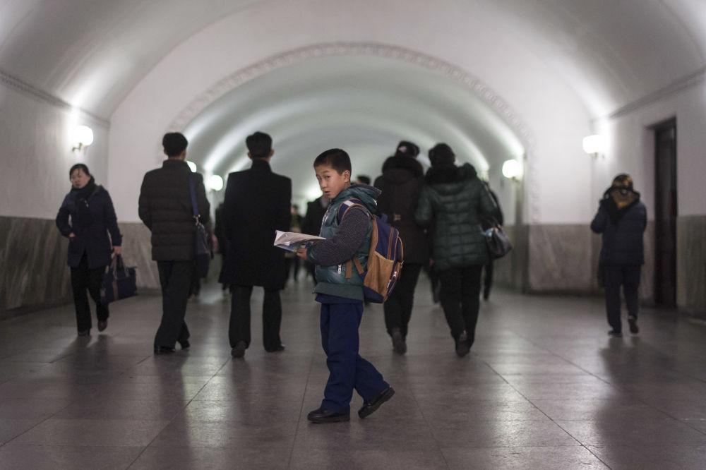 Algunos pasajeros, en el metro de la capital norcoreana