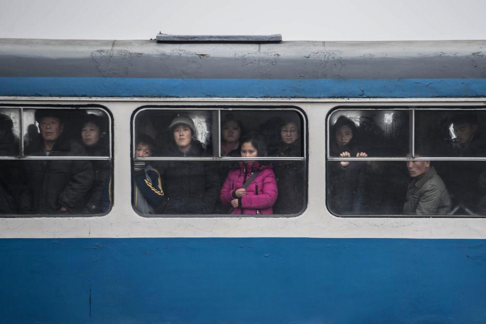 Los pasajeros, en un tranvía en Pyongyang