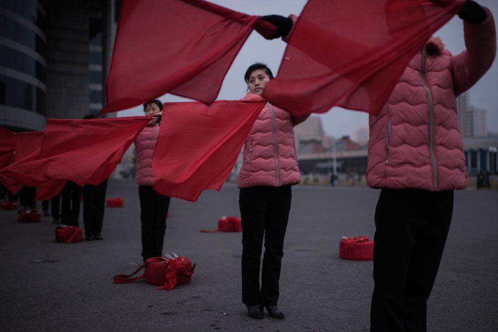 Un espectáculo de banderas en las calles de Pyongyang