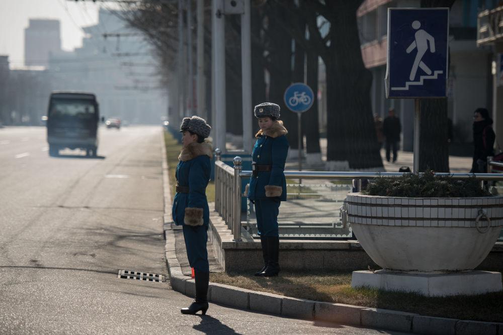 Policías norcoreanas, en una intersección