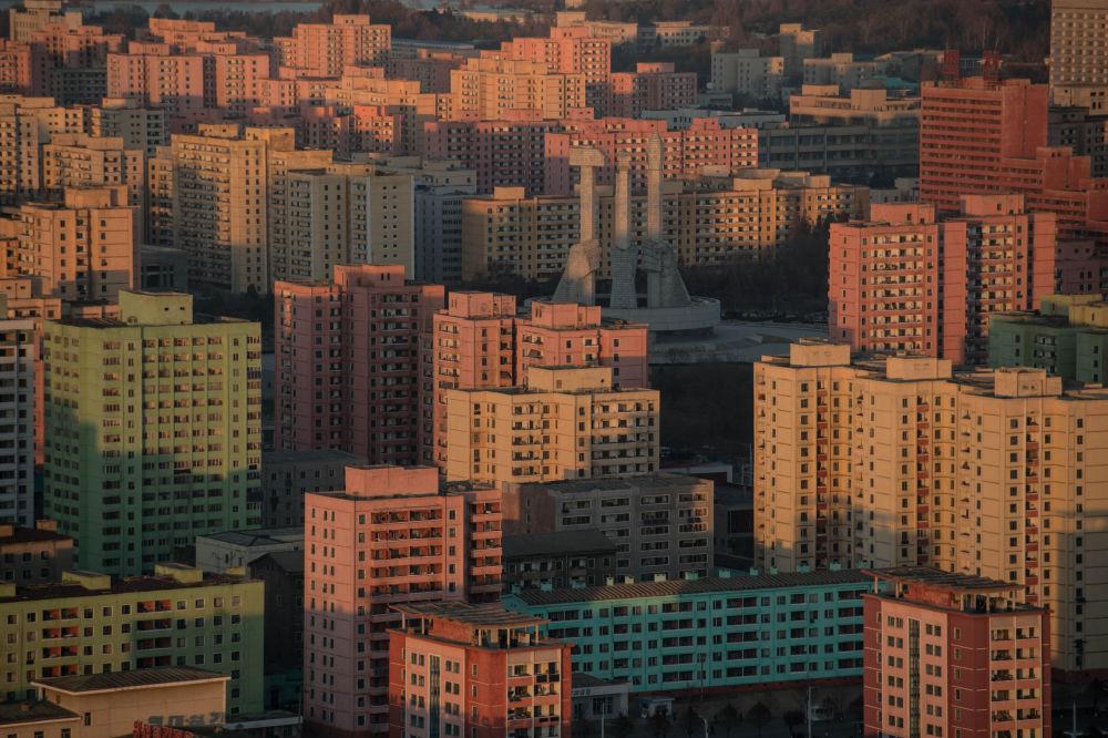 Vista de los edificios residenciales y el monumento al Partido del Trabajo de Corea