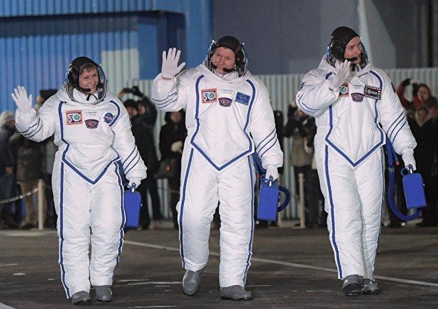 Los miembros de la tripulación de la más reciente expedición de la nave Soyuz, Peggy Whitson, Oleg Novitski y Thomas Pesquet