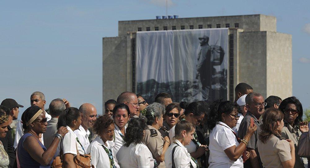 Miles de cubanos hacen cola para  homenajear a Fidel Castro