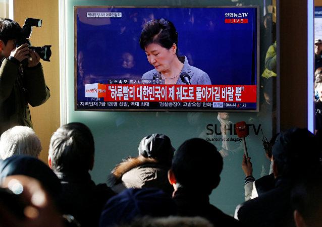 La gente escucha una declaración de Park Geun-hye, presidenta de Corea del Sur
