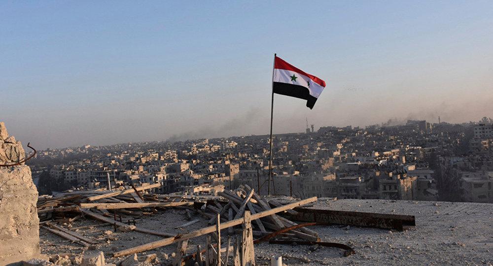 La bandera nacional de Siria en Alepo