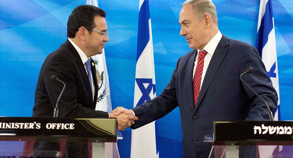 El presidente de Guatemala, Jimmy Morales con el primer ministro israelí, Benjamín Netanyahu