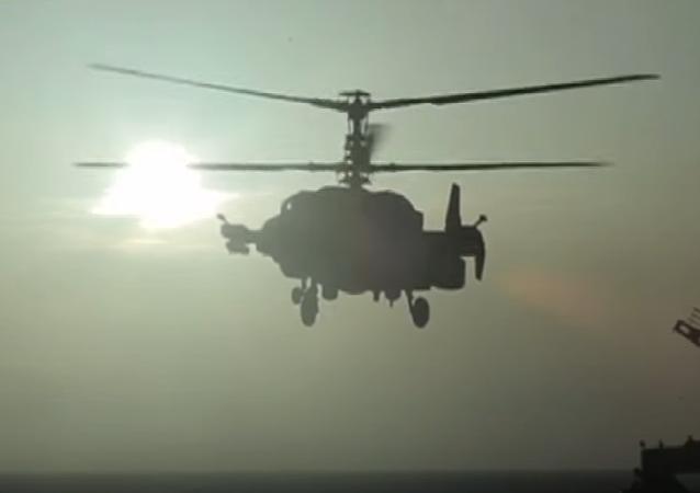 Helicópteros rusos Ka-52K Katrán despegan del portaviones Almirante Kuznetsov