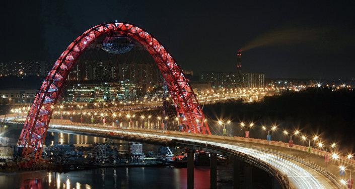Puente Zhivopisni en el oeste de Moscú