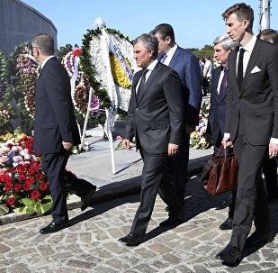 El presidente de la Duma Estatal, Viacheslav Volodin, deposita  una corona de rosas en el Memorial José Martí en homenaje al fallecido líder de la revolución cubana, Fidel Castro