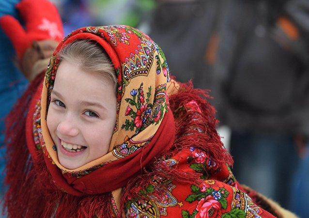 Joven en el festival tradicional ruso Maslenitsa