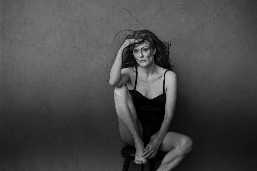 La actriz Julianne Moore posa para el calendario Pirelli 2017