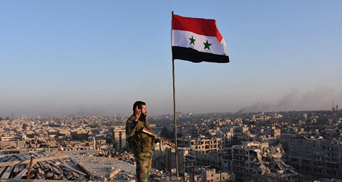 Un soldado de las tropas del Gobierno sirio en Alepo