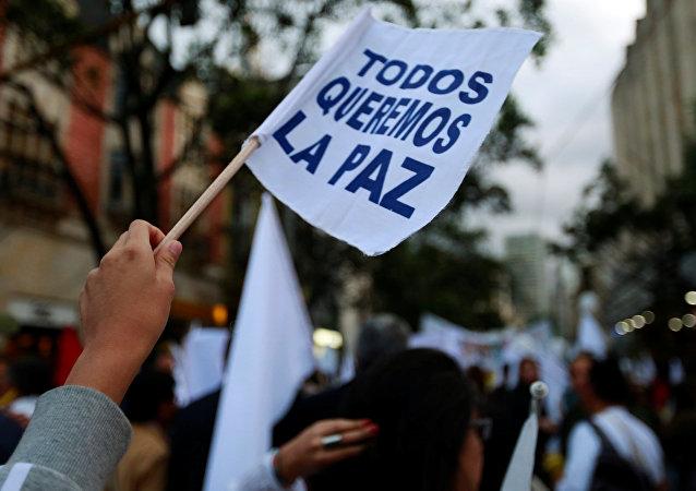 Un cartel apoyando la paz en Colombia