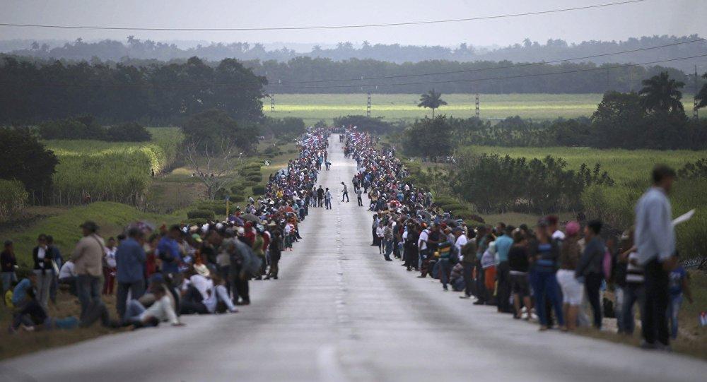 La gente espera a la caravana que traslada la urna con cenizas de Fidel Castro