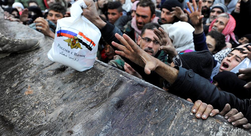 Sirios reciben ayuda humanitaria