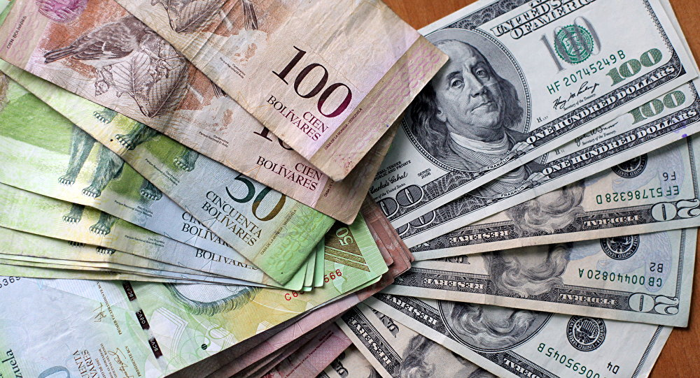 Bolívares venezolanos y dólares (archivo)