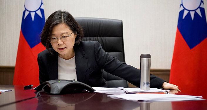 La presidenta de Taiwán, Tsai Ing-wen, habla por teléfono con Donald Trump, el presidente electo de EEUU