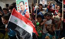 Los habitantes de la localidad Kaukab en Siria durante la entrega de la ayuda humanitaria rusa
