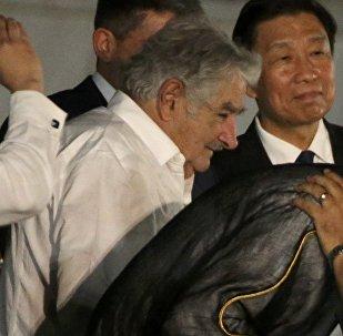José Mujica (centro) durante la ceremonia de homenaje a Fidel Castro