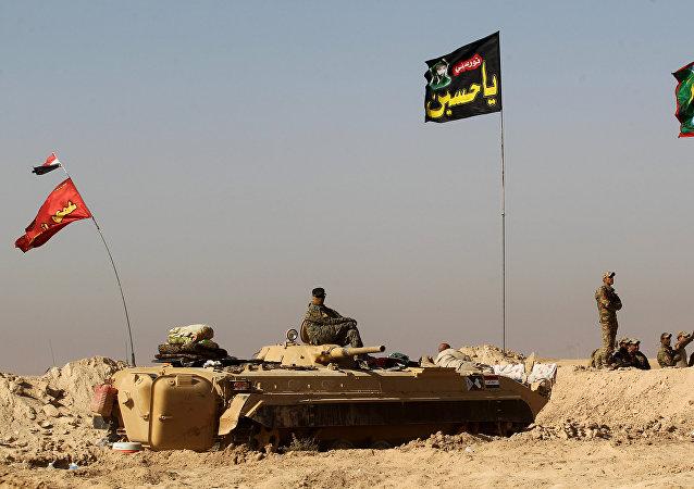 Los soldados del Ejército iraquí en el vehículo BMP-1 a 30 km de Mosul