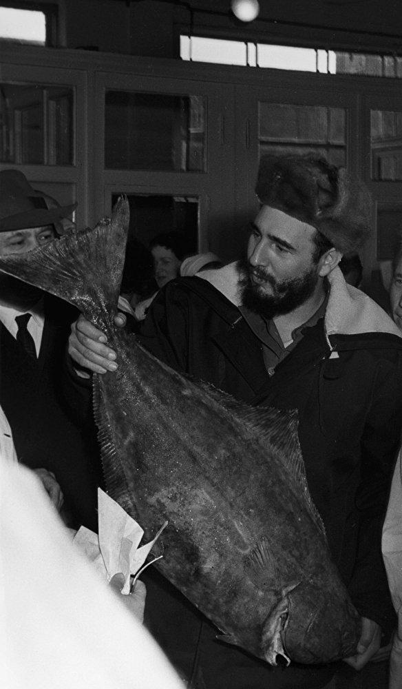 Visita de Fidel Castro a una fábrica de pescado en la ciudad de Murmansk. Este fue el punto de partida de la gira del líder cubano por la URSS.