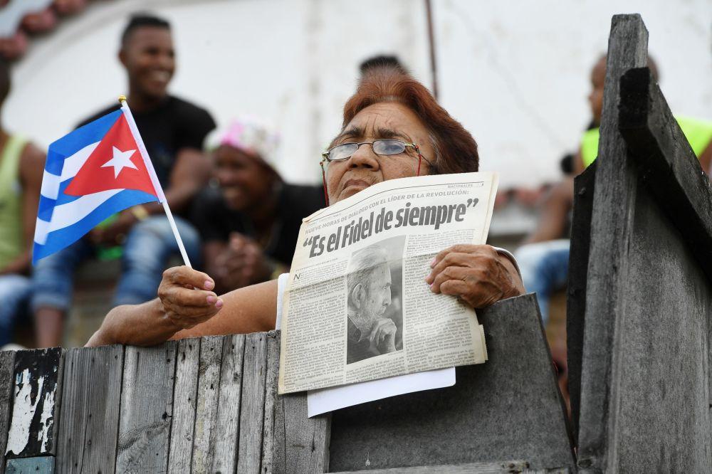 Mujer espera el cortejo fúnebre con las cenizas del comandante Fidel Castro