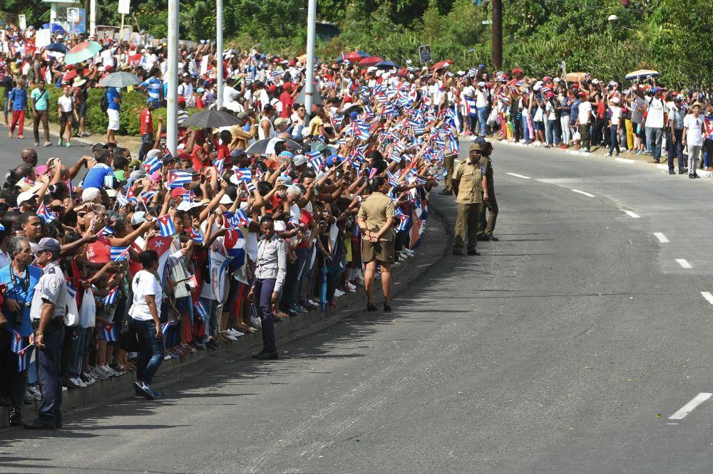 El pueblo cubano espera el cortejo fúnebre con las cenizas del comandante Fidel Castro en la ciudad de Santiago de Cuba