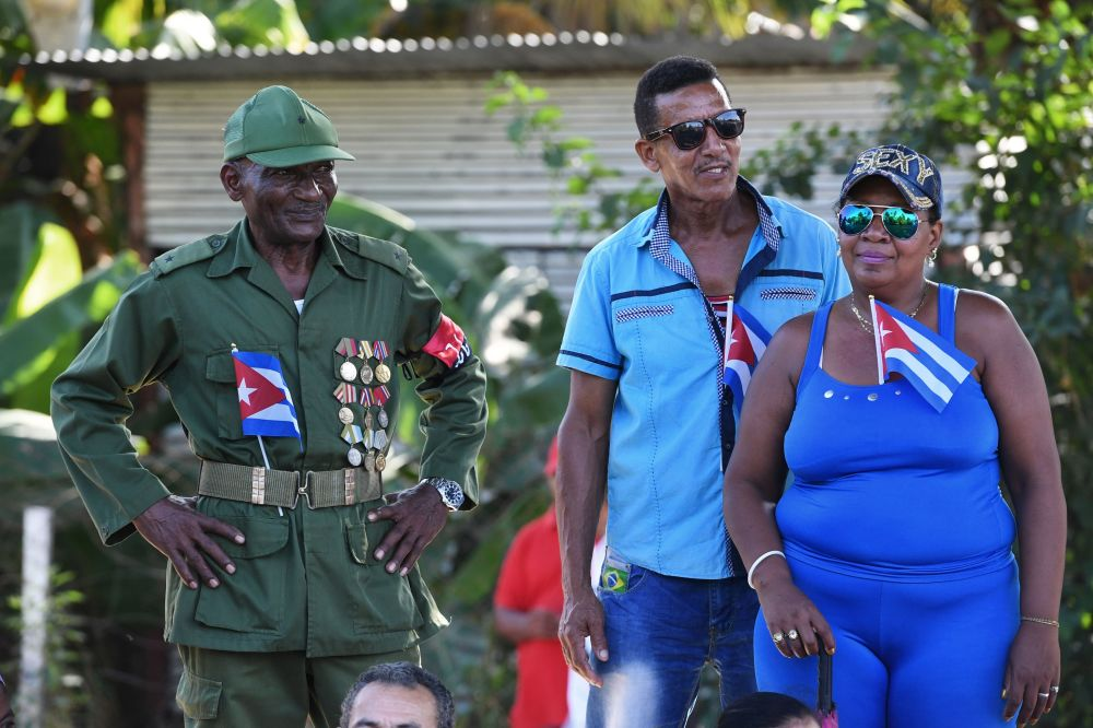 Cubanos esperan el cortejo fúnebre con las cenizas del comandante Fidel Castro en la ciudad de Santiago de Cuba