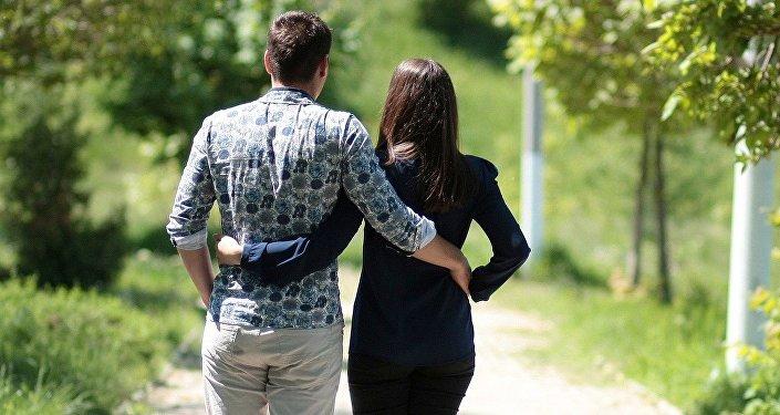 Una pareja paseando