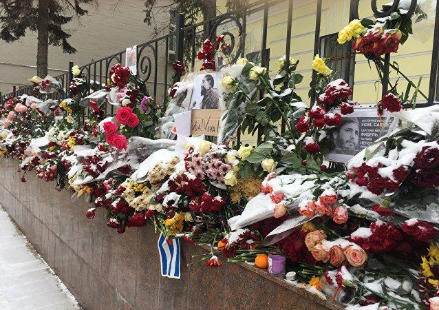Flores en homenaje a Fidel Castro cerca de la Embajada de Cuba en Moscú