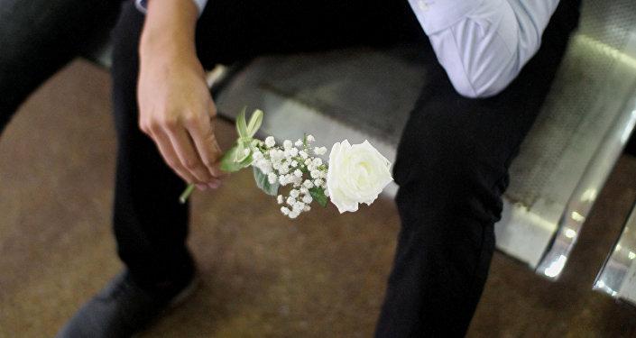 Una flor en las manos