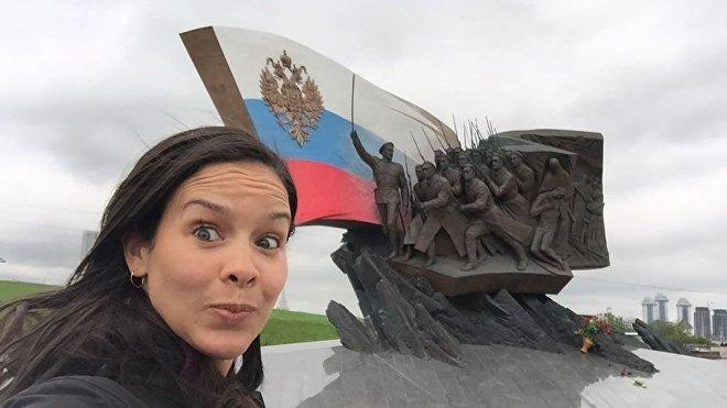 Alejandra Benítez cerca del Monumento a los soldados rusos de la Primera Guerra Mundial