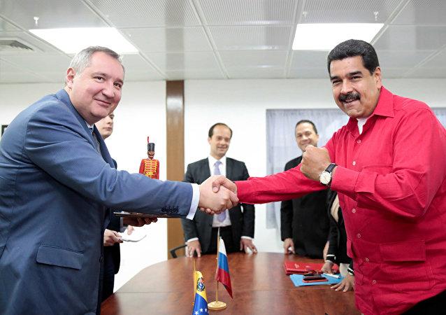 La reunión del vice primer ministro ruso, Dmitri Rogozin, con el mandatario venezolano, Nicolás Maduro, en el palacio de Miraflores