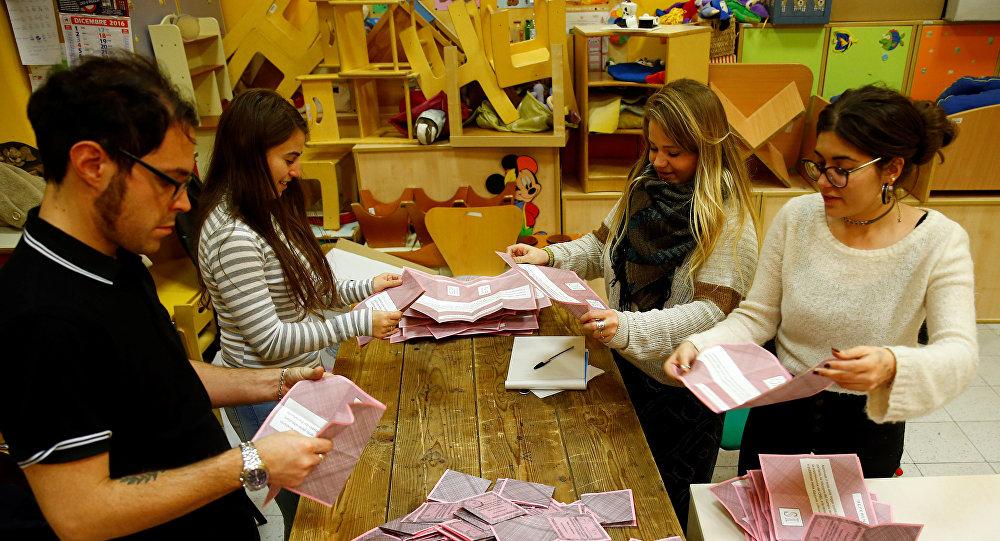 Voluntarios cuentan las papeletas para el referéndum