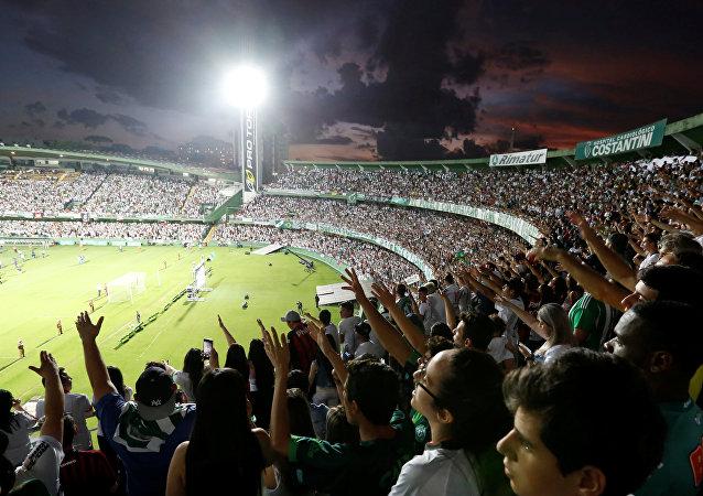 Las hinchas homenajean a los jugadores de Chapecoense, muertos en el siniesto