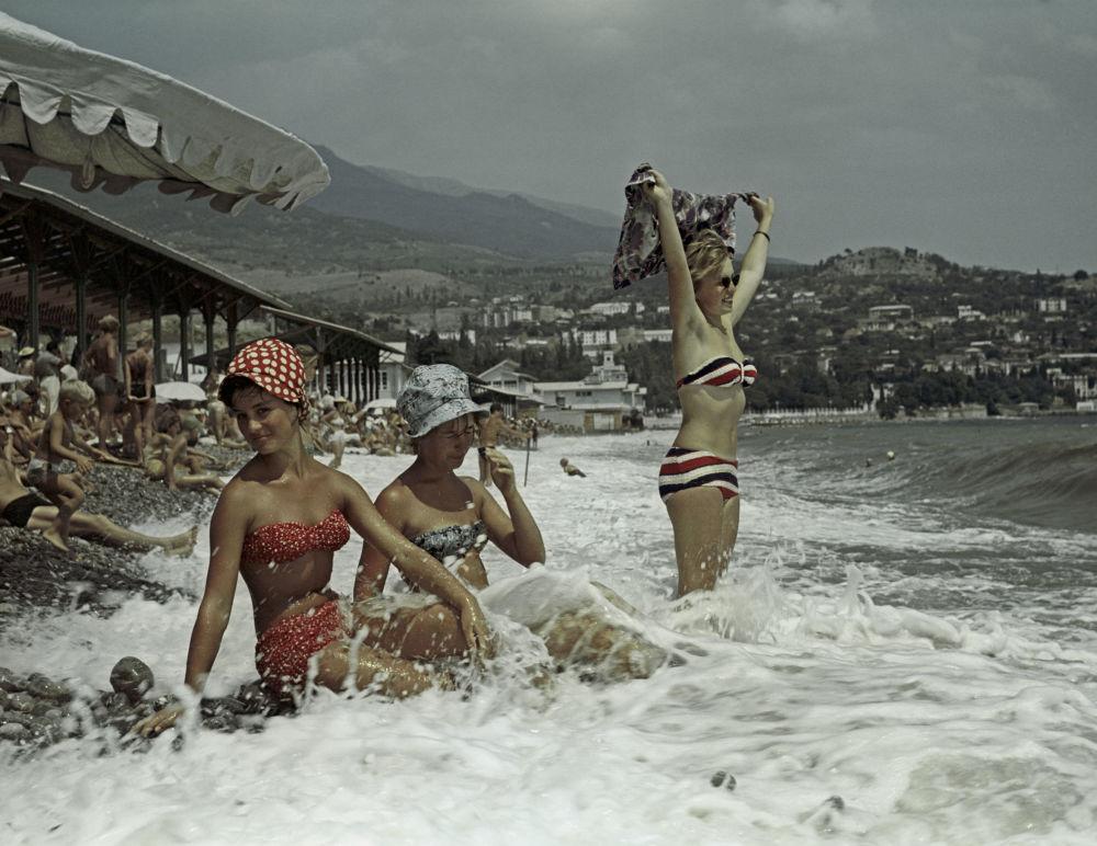 La costa del mar Negro. Playas de la ciudad de Gurzuf.  Península de Crimea, 1963