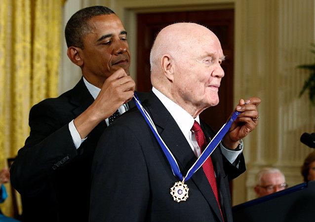 Barack Obama y John Glenn (archivo)