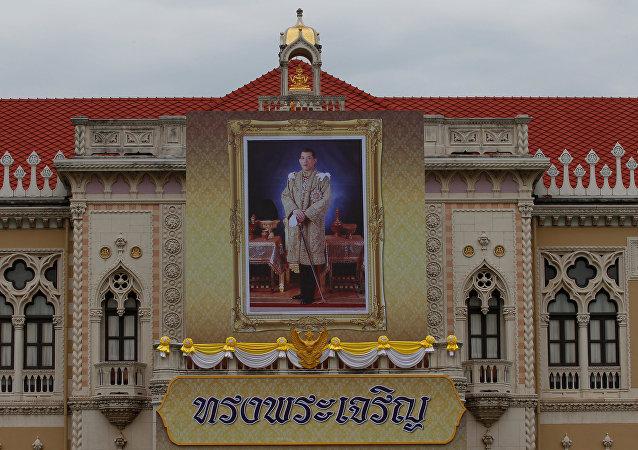 El retrato del Rey Maha Vajiralongkorn en el Palacio de Gobierno en Tailandia