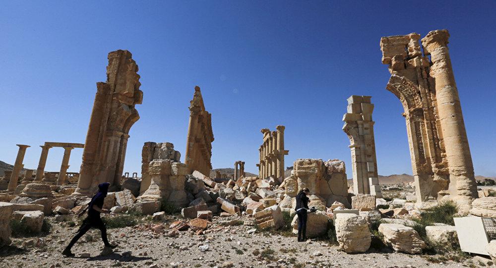 Periodistas caminando entre las ruinas de la histórica ciudad de Palmira