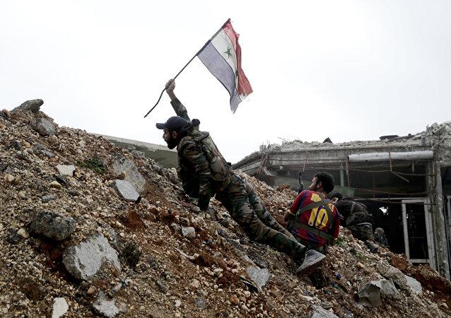 Un soldado sirio con la bandera nacional (Archivo)