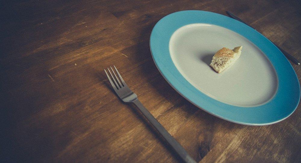 Un plato con un pedazo de pan