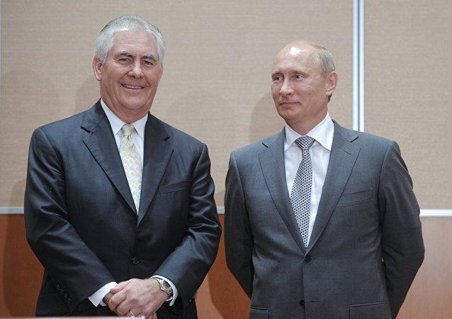 El presidente de Rusia, Vladimir Putin junto al director ejecutivo de Exxon Mobil,  Rex Tillerson, el 30 de agosto de 2011.
