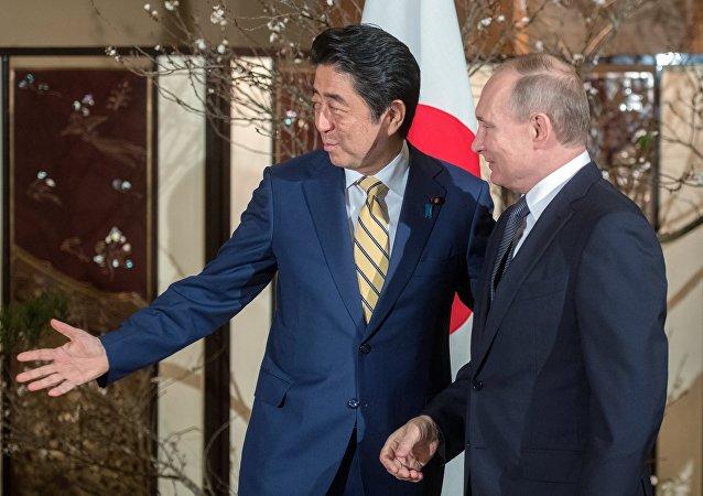 El presidente de Rusia, Vladímir Putin y el primer ministro de Japón, Shinzo Abe