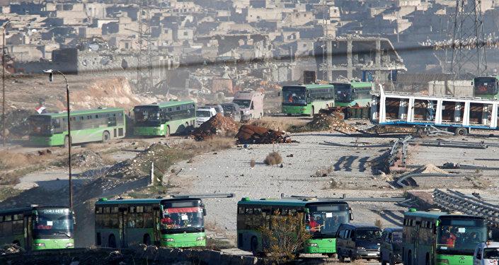 Ambulancias y autobuses evacúan a personas fuera de las zonas de Alepo controladas por los radicales, 15 de diciembre de 2016