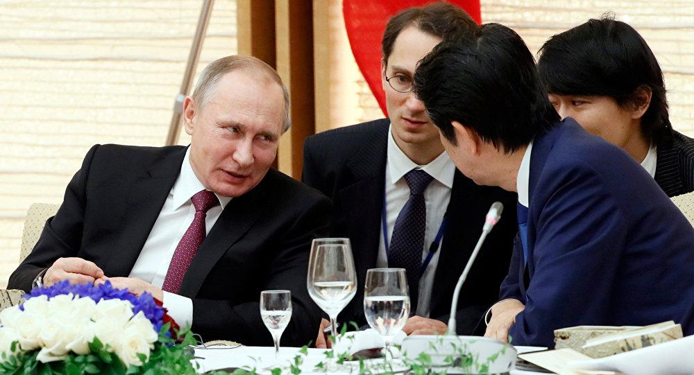 Vladímir Putin, presidente ruso, y Shinzo Abe, primer ministro de Japón